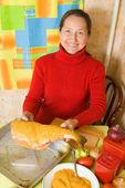 Mulher é cozinhar peixe — Foto Stock