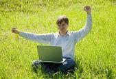 Hombre feliz con el ordenador portátil — Foto de Stock
