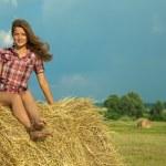 dziewczyna odpoczynek na słomie — Zdjęcie stockowe