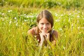 Meisje liggen op weide gras — Stockfoto