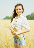 Girl at wheat field — Stock Photo