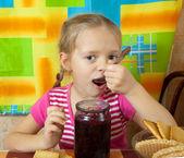 小女孩吃果酱 — 图库照片