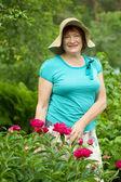 Donna matura sorridente al garden — Foto Stock