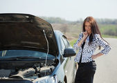 Woman with her breakage car — Stock Photo