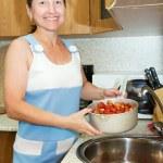 Woman washing strawberry — Stock Photo #6053958