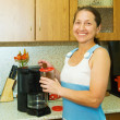 Woman making coffee — Stockfoto