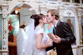 Newlyweds kiss. — Стоковое фото