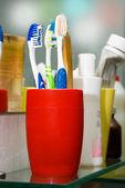 красочные зубные щетки в стакане — Стоковое фото