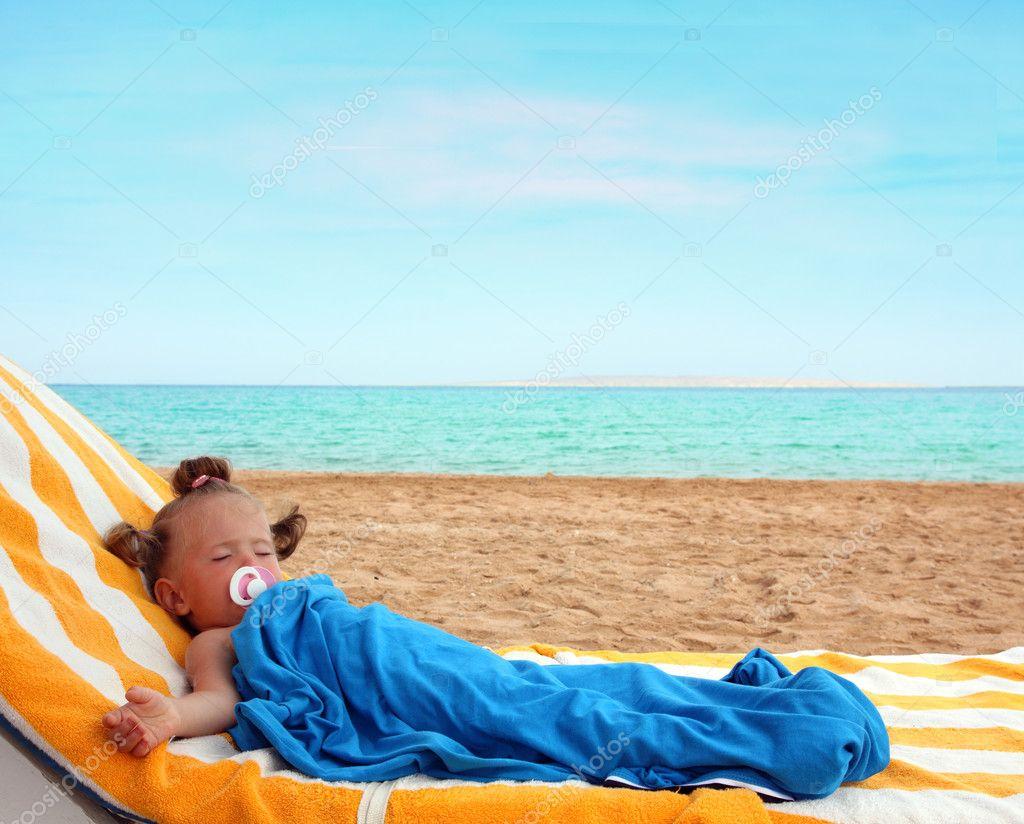 petite fille dormir sur la plage photo 5738063. Black Bedroom Furniture Sets. Home Design Ideas