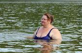 Banho de mulher gorda no rio — Foto Stock