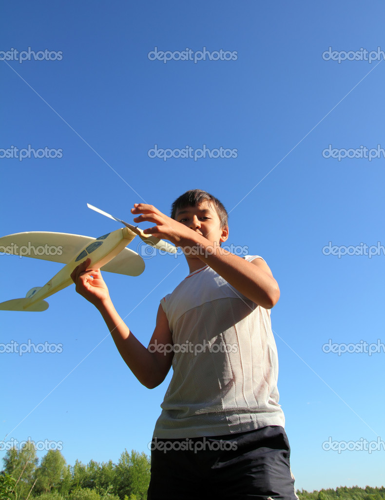 Happy boy running airplane model under blue sky — Stock Photo #6109200