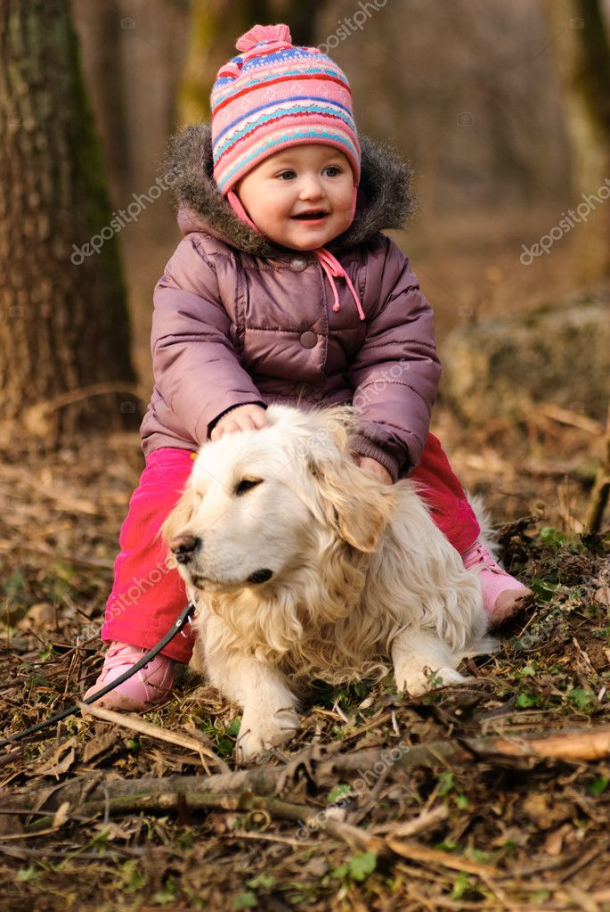 Girl with golden retriever are playing in the park — Stock Photo #5972869