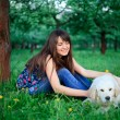 meisje en retriever in park — Stockfoto