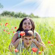 Couple in poppy field — Foto de Stock