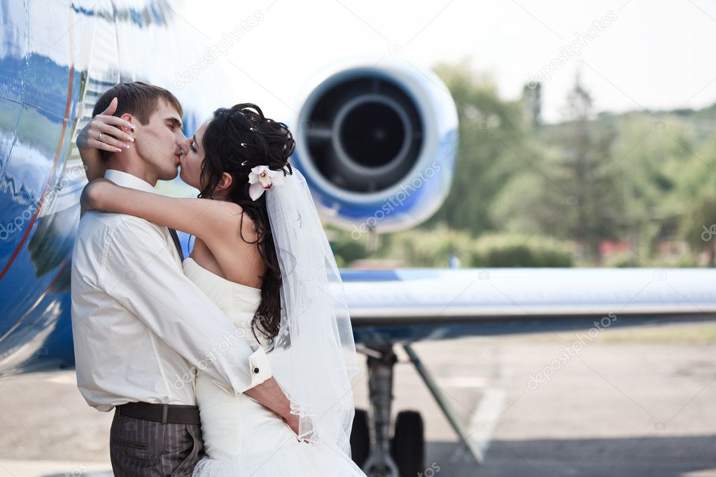 Wedding couple are prepare to fly on a honeymoon trip — Stock Photo #6056044