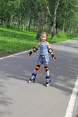 A girl learns to ride a roller-skating — Stock Photo