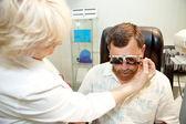 医師は、眼科クリニックで患者を調べる — ストック写真