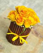 žluté růže v dekorativní květináč — Stock fotografie