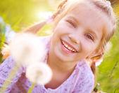 çayır üzerinde sevimli küçük kız — Stok fotoğraf