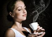 コーヒーを持つ女性 — ストック写真