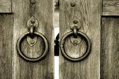 Eski ahşap kapı kapı tokmağı çalar ile — Stok fotoğraf