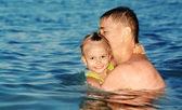 お父さんと娘は海で泳いで — ストック写真