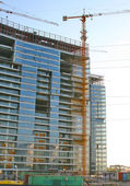 Edificio y grúa de elevación — Foto de Stock