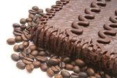 Schokoladigen kuchen kaffeebohne hautnah — Stockfoto