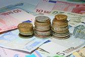 Farklı para birimi ve para bir arka plan olarak — Stok fotoğraf