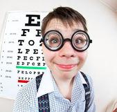 在医生办公室里戴眼镜的人 — 图库照片