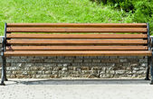 Houten bench in een stadspark — Stockfoto
