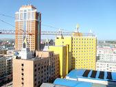 昇降クレーン建物町の風景 — ストック写真