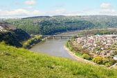Pont de pierre et de collines avec un ciel bleu. — Photo