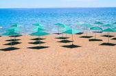 Plaża i parasole w turcji nad morzem. — Zdjęcie stockowe