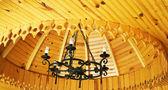 古色古香的枝形吊灯和木制天花板. — 图库照片