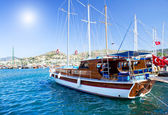 Beautiful yachts at coast Aegean sea. — Stock Photo