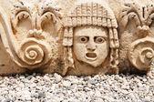Máscaras antiguas, abandonadas en el escenario en el antiguo teatro. — Foto de Stock