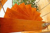 Spiralne schody w nowoczesny dom z drewna. — Zdjęcie stockowe
