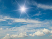 úžasné slunce na modré obloze. — Stock fotografie