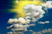 Bel cielo blu con nuvole e divertimento sole. — Foto Stock