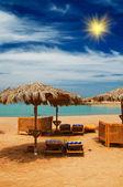 Exotické pláže a zálivu proti modré obloze. — Stock fotografie