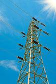 Mavi gökyüzü ve elektrik pilon. — Stok fotoğraf