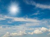 Maravilloso azul cielo y diversión del sol. — Foto de Stock