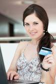 女孩支付通过互联网购买的产品 — 图库照片