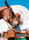 Joven bella mujer con caballo — Foto de Stock
