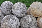 Högen av stenen cannon bollar — Stockfoto
