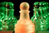 Röda och gröna glas schackpjäser — Stockfoto