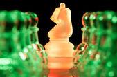 красные и зеленые стекла шахматные фигуры — Стоковое фото