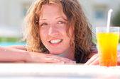 カクテル付きのスイミング プールでの女性 — ストック写真