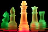 红色和绿色玻璃棋盘上的棋子 — 图库照片